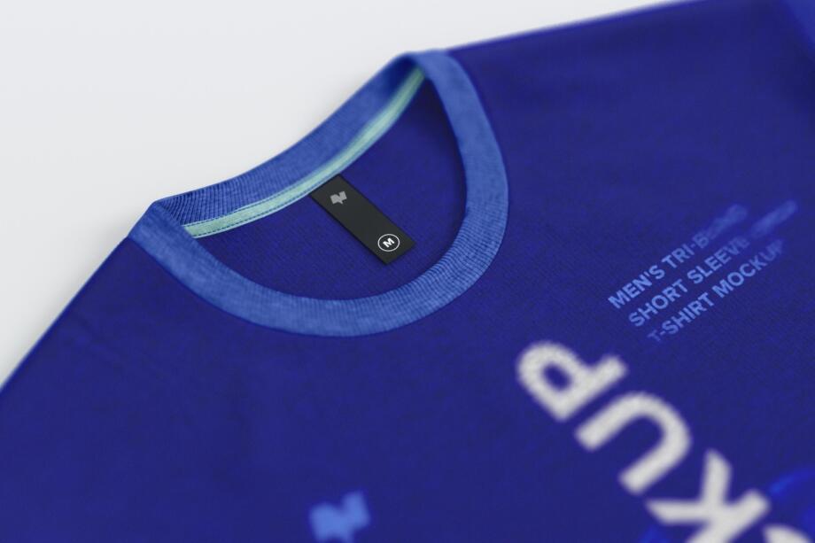 Free Thin Label Mockup on Men's T-Shirt PSD